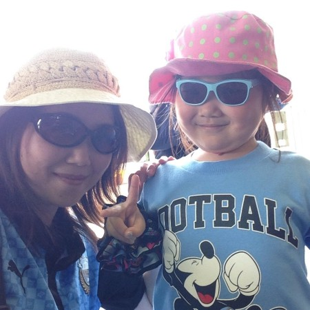 Tomomi and her daughter.